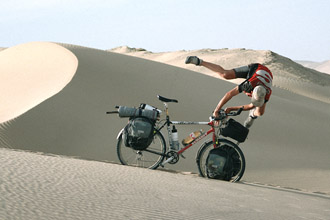 Sebastian Burger im freien Fall über den Lenker, chinesische Sanddüne 1999
